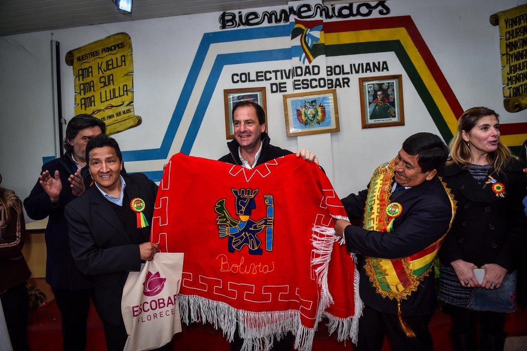 Sujarchuk con representantes de la comunidad boliviana/Archivo